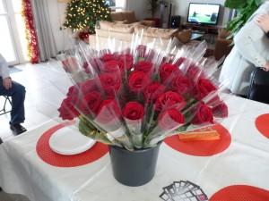 45 roses avaient été commandées a la fleuriste de St Laurent de la Prée, les boutons étaient superbes, et l'odeur très agréable, les femmes et les hommes sont reparties avec une fleur pour chaqun