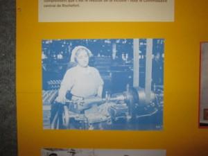 Une travailleuse sur une machine