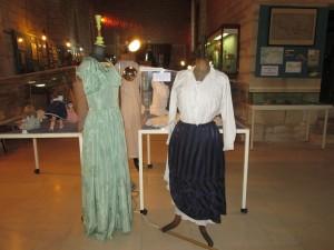 Le costume vert,plus ample a remplacé le costume jupe et corsage ajusté.